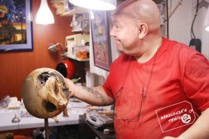 Jordi con su pieza de Boj en el taller